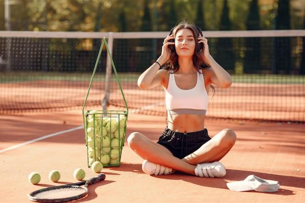 Piękna I Stylowa Dziewczyna Na Kortach Tenisowych Darmowe Zdjęcia