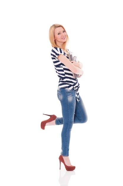 Bella giovane donna alla moda Foto Gratuite