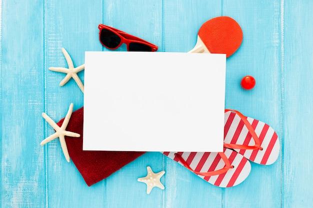 Красивая летняя композиция с красными и синими цветами с пустой рамкой для текста. Бесплатные Фотографии