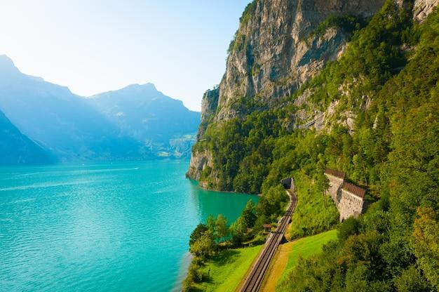 澄んだ山の湖と美しい夏の風景。 無料写真