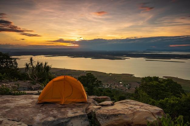 タイ、コンケン県のナムポン国立公園の美しい夕日。 Premium写真