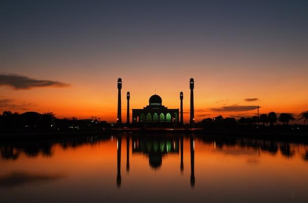 Beautiful sunset at the mosque Premium Photo