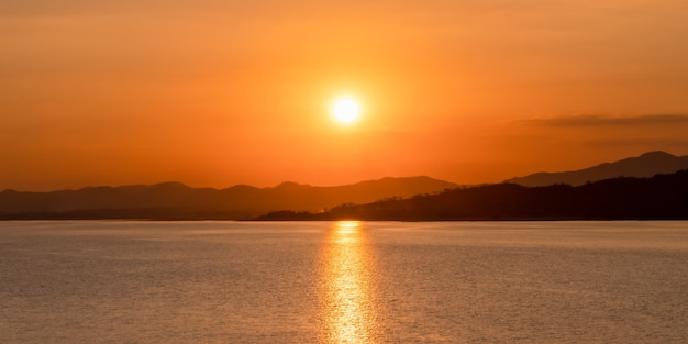 Beautiful sunset over the mountains by the lake. Premium Photo