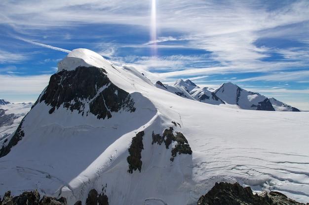 Красивые швейцарские альпы пейзаж с видом на горы летом, церматт, швейцария Premium Фотографии