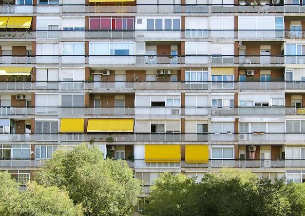 Bellissimo scatto simmetrico di un lungo condominio Foto Gratuite