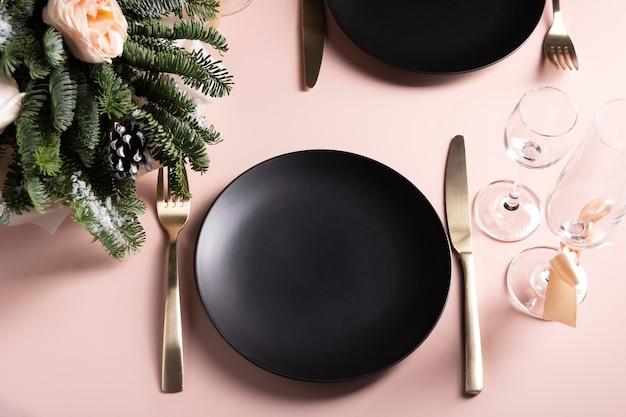 Красивая сервировка стола для торжества на двоих Premium Фотографии