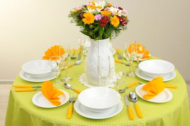 아침 식사를위한 아름다운 테이블 세팅 프리미엄 사진