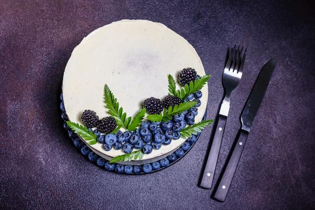 Beautiful tasty cake with white cream Premium Photo