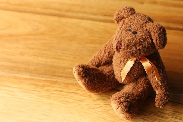 Красивый плюшевый мишка на деревянной поверхности Бесплатные Фотографии