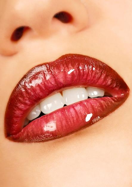 Красивые губы подростка. глянцевая помада. здоровая кожа. Бесплатные Фотографии