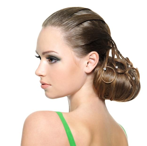 Красивая девушка подростка с современной прической, изолированной на белизне. портрет профиля Бесплатные Фотографии
