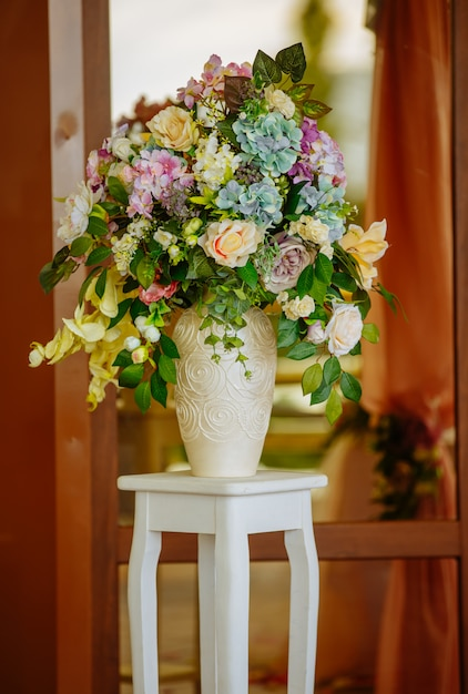 Beautiful tender bouquet on elegant white stand Premium Photo