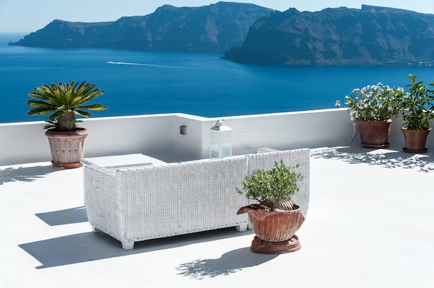 Beautiful terrace in santorini with view on the volcano Premium Photo