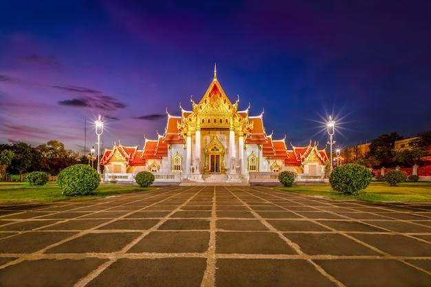 Beautiful thai marble temple (wat benchamabophit) during twilight sunset time in bangkok, thailand. Premium Photo