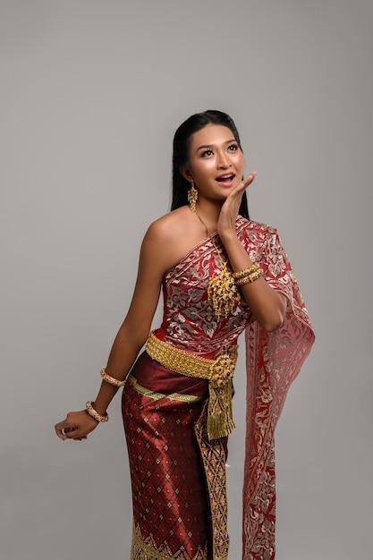 タイのドレスを着て、トップを見て美しいタイの女性 無料写真