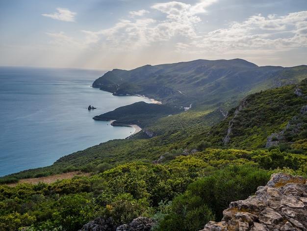 Красивый вид сверху на холмы, покрытые лесами в parque natural da arrábida в казале, португалия Бесплатные Фотографии