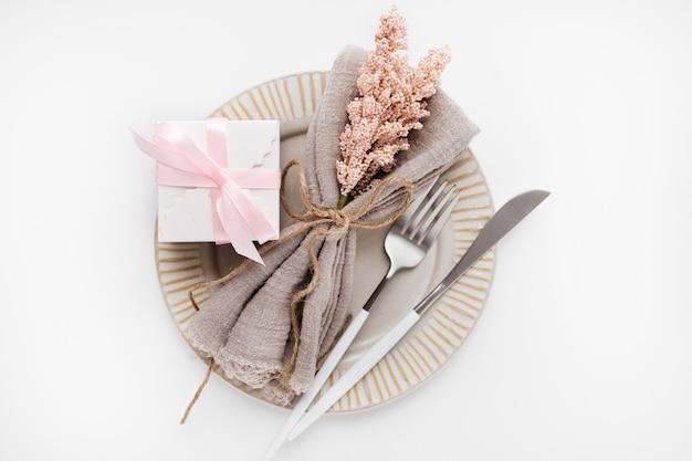 Сервировка стола красивый вид сверху для валентинки на белом Бесплатные Фотографии