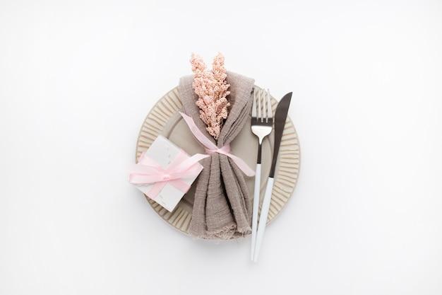 화이트 발렌타인을위한 아름다운 평면도 테이블 설정 무료 사진