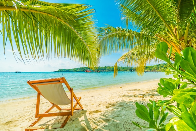 Beautiful tropical beach and sea with coconut palm tree in paradise island Free Photo