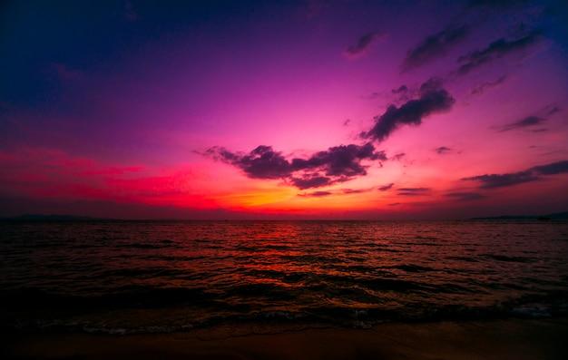 Beautiful tropical beach. sunrises and sunsets. ocean. Premium Photo