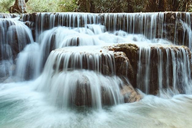 ラオス、ルアンパバーンの美しい熱帯クアンシーの滝 無料写真