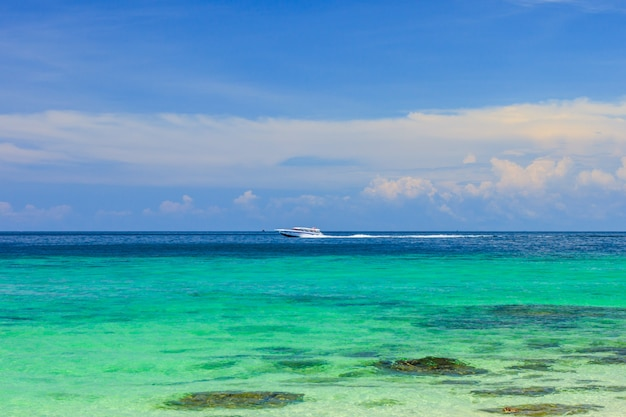 Beautiful tropical paradise sea and blue sky with white sand beach in thailand Premium Photo
