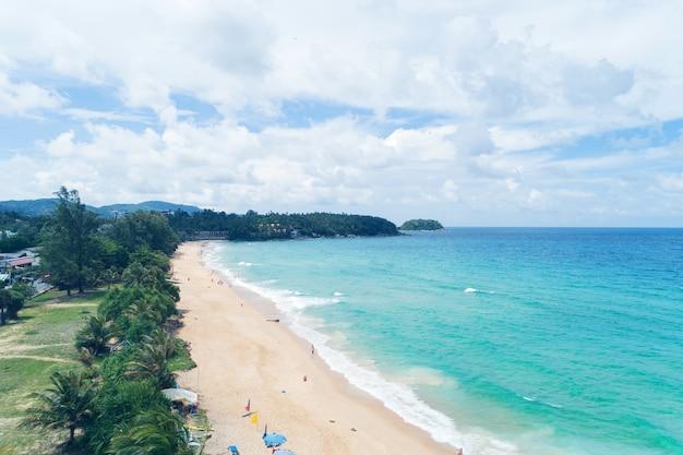 Красивое тропическое море и волны сбой на песчаном берегу на пляже карон Premium Фотографии