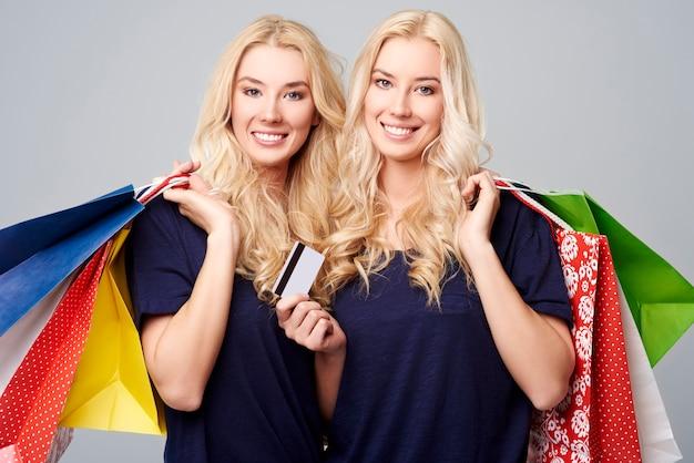 大きな買い物の後の美しい双子 無料写真