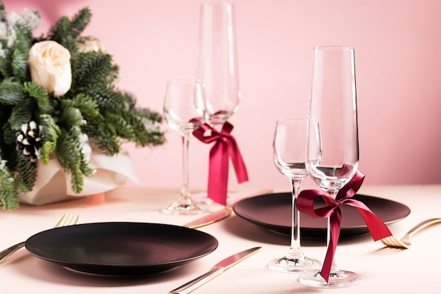 Красивая сервировка стола на день святого валентина для двоих с цветочной композицией Premium Фотографии