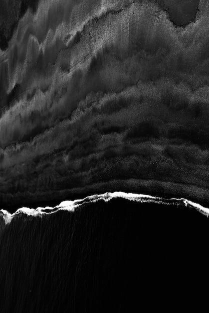 海の波の美しい垂直グレースケールショット 無料写真