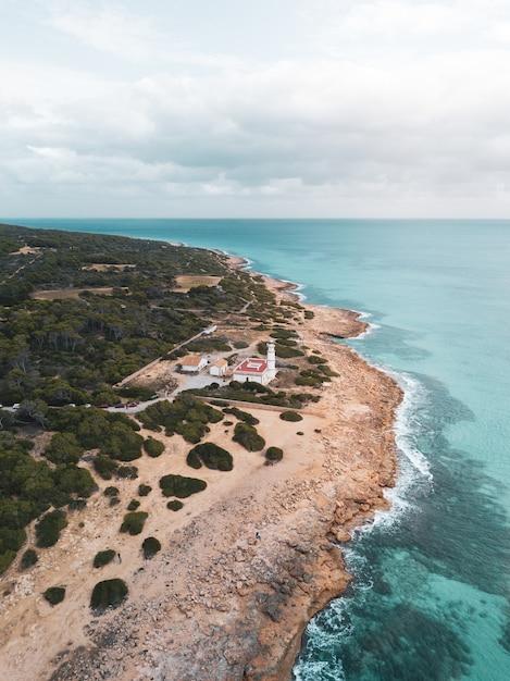 海の岸にある別荘の美しい垂直ショット 無料写真