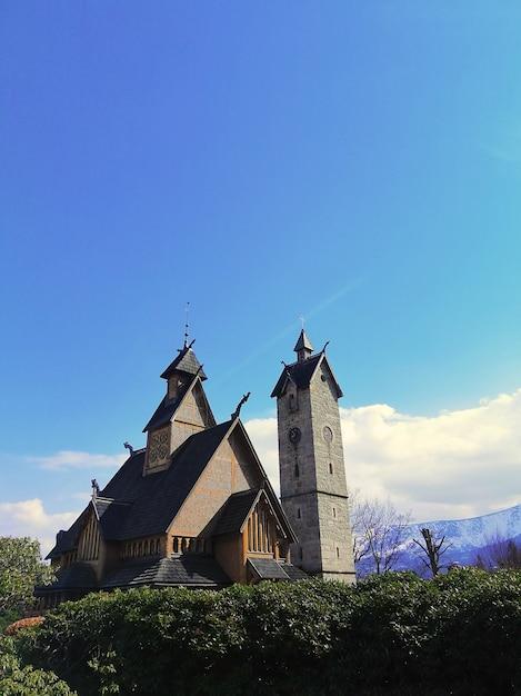 Красивый вертикальный снимок церкви ванга в карпаче, польша Бесплатные Фотографии