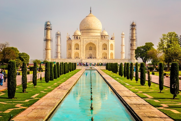Beautiful vertical shot of taj mahal building in agra india under a clear sky Free Photo