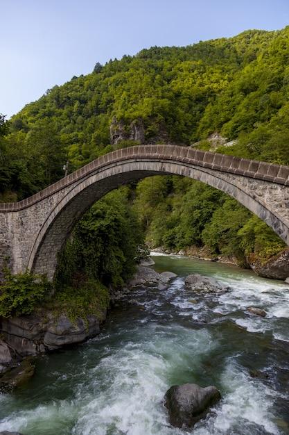 Bella vista del ponte catturato nel villaggio di arhavi kucukkoy, turchia Foto Gratuite