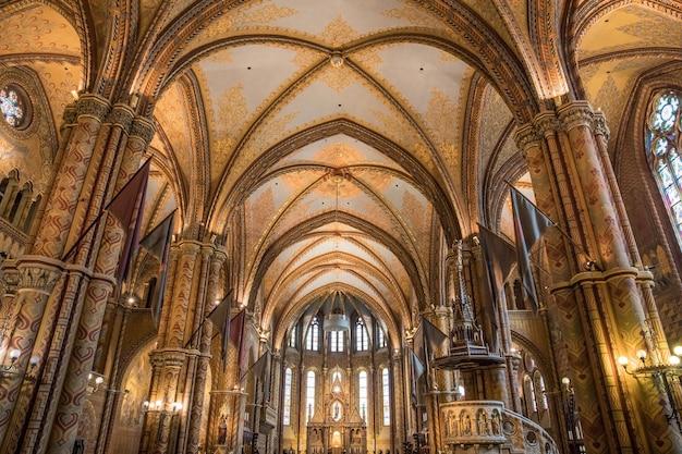 Bellissima vista del design degli interni del bastione dei pescatori a budapest, ungheria Foto Gratuite