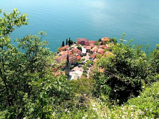 Прекрасный вид сверху на итальянский город. варенна. Premium Фотографии