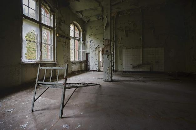 Bella vista dell'interno di un vecchio edificio abbandonato Foto Gratuite