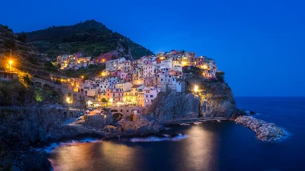 Bella vista delle luci nel villaggio di manarola delle cinque terre italia Foto Gratuite