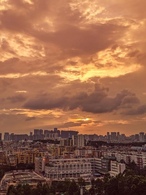 Bella vista di una città moderna e frenetica con il cielo e le nuvole durante l'alba Foto Gratuite