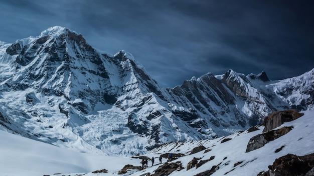 Bella vista sulle montagne coperte di neve in annapurna conservation area, chhusang, nepal Foto Gratuite