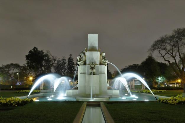 リマの不思議な水回路の中にある、カラフルな噴水の美しい景色。 Premium写真