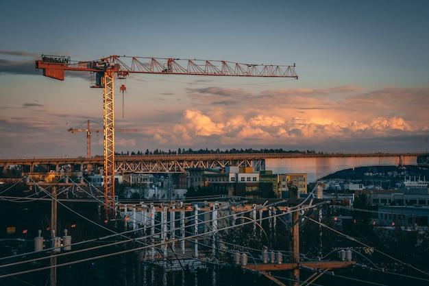 일몰시 도시에서 건설 현장의 아름 다운보기 무료 사진