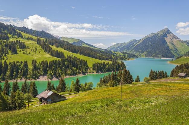 ロングリン湖とダムスイス、スイスアルプスの山々に囲まれた湖の美しい景色 無料写真