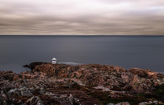 Прекрасный вид на скалистый берег в пасмурный день Бесплатные Фотографии