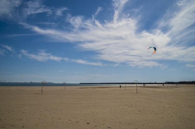 흐린 푸른 하늘과 모래 해변의 아름다운 전망 무료 사진