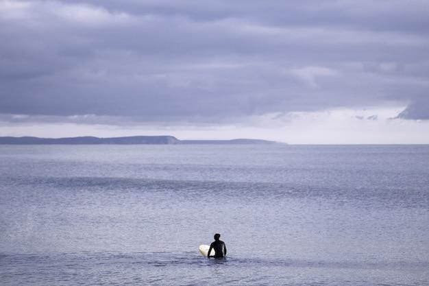 흐린 회색 하늘 아래 바다의 아름다운 전망 무료 사진