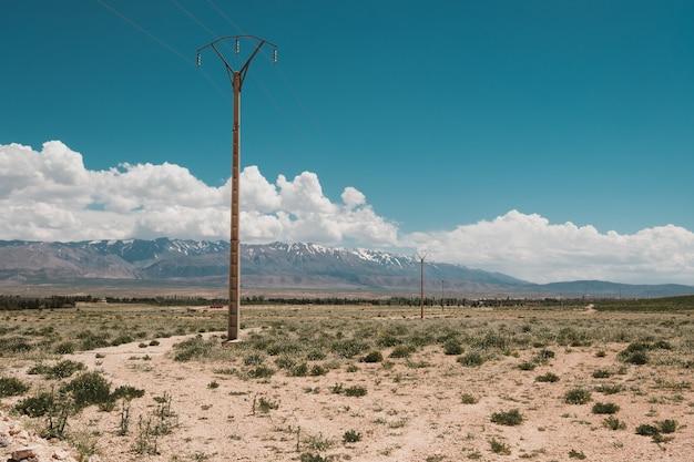 モロッコの曇り空の下でバックグラウンドで山と砂漠の美しい景色 無料写真