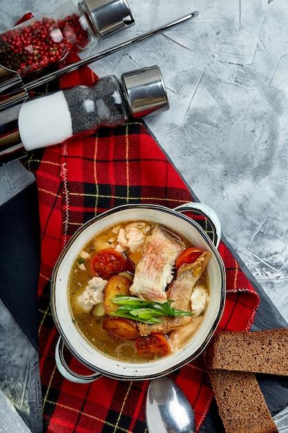 白い皿に魚のスープの美しい景色 Premium写真