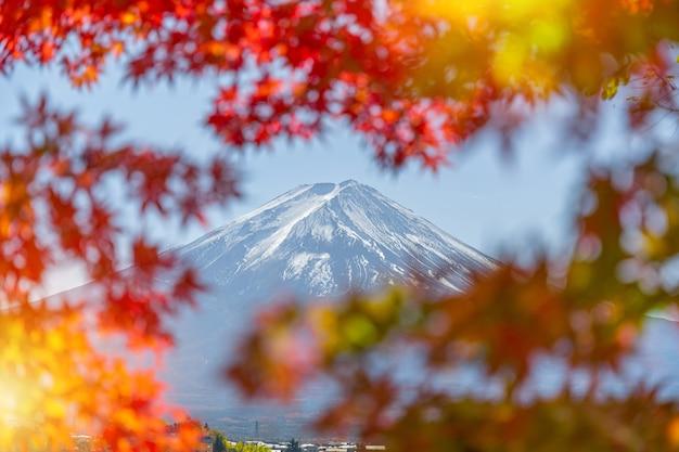 Прекрасный вид на гору фудзи-сан с красочными красными кленовыми листьями и зимним утренним туманом Premium Фотографии