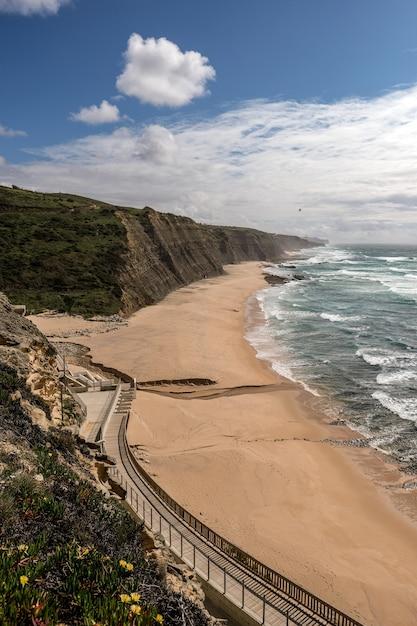 崖の上の小道と砂浜の美しい景色 無料写真